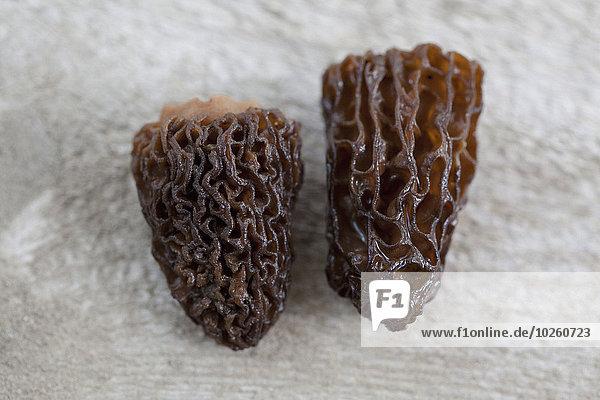 Nahaufnahme von getrockneten Morchella-Pilzen auf dem Tisch