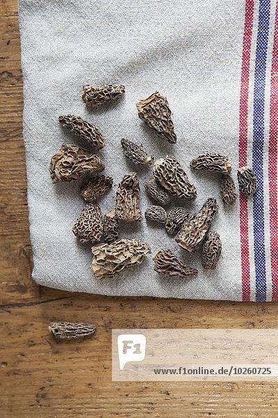 Direkt über dem Schuss getrockneter Morchella-Pilze auf Tuch
