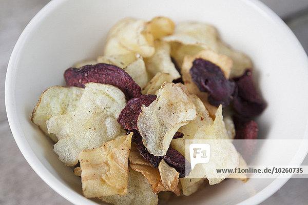 Hochwinkelansicht von Kartoffel- und Rote-Beete-Chips in der Schale