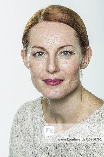 Porträt einer reifen Frau vor weißem Hintergrund