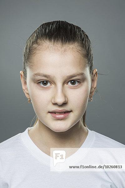 Portrait des Mädchens vor grauem Hintergrund
