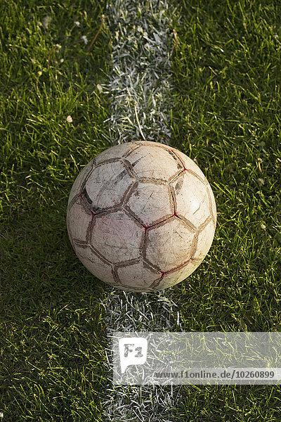 Nahaufnahme des Fußballs auf weißer Linie im Stadion