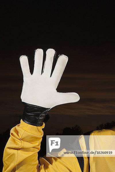 Abgeschnittenes Bild eines Fußballtorhüters mit Handschuhen
