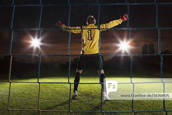 Durchgehende Rückansicht des Fußballnetzes auf dem Spielfeld