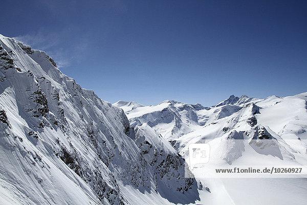 Schneebedeckter Berg gegen blauen Himmel