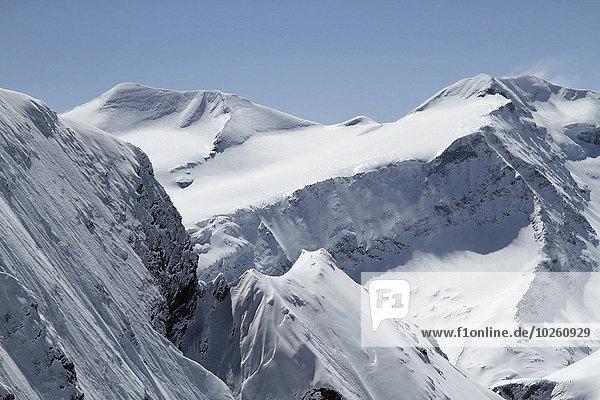 Schneebedeckter Berg gegen klaren blauen Himmel