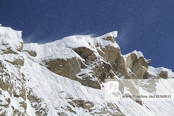 Tiefblick auf den schneebedeckten Berg gegen den blauen Himmel