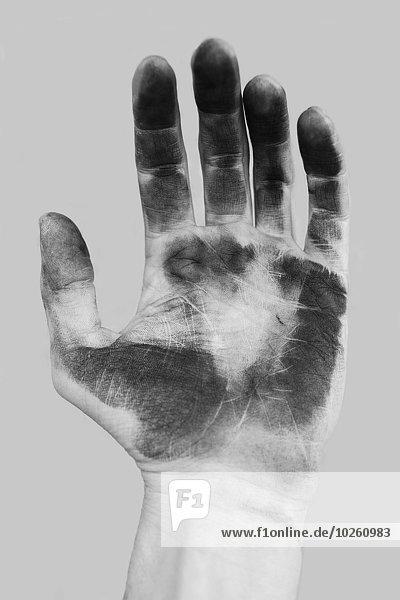 Nahaufnahme der schmutzigen Hand über grauem Hintergrund
