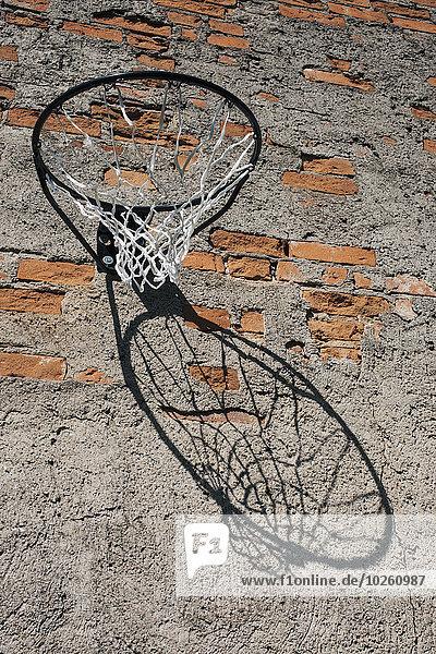 Basketballkorb im niedrigen Winkel an der Ziegelwand montiert