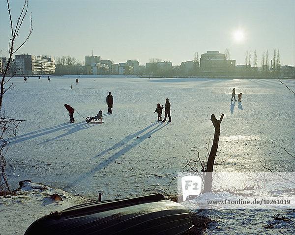 Menschen auf verschneiter Landschaft an sonnigen Tagen