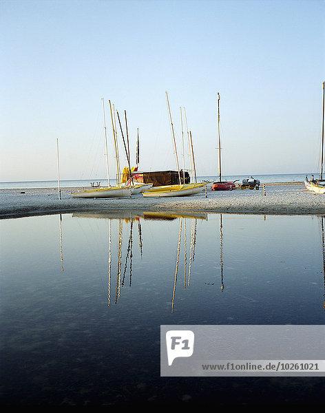 Boote am Seeufer gegen klaren Himmel