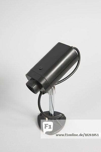 Hochwinkelansicht der Überwachungskamera vor weißem Hintergrund