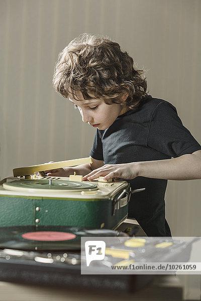 Junge untersucht Grammophon zu Hause