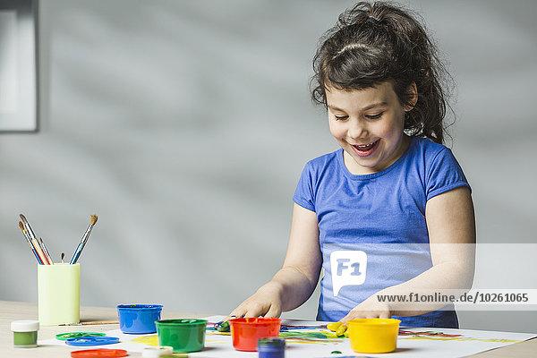 Lächelndes Mädchen Fingermalerei zu Hause