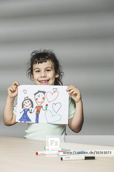 Porträt eines lächelnden Mädchens mit Malerei zu Hause