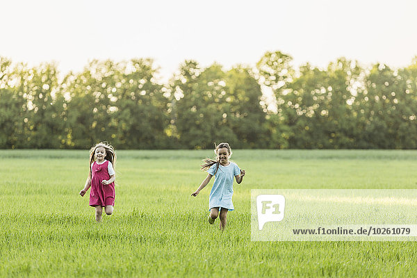 Mädchen  die auf einer Wiese laufen