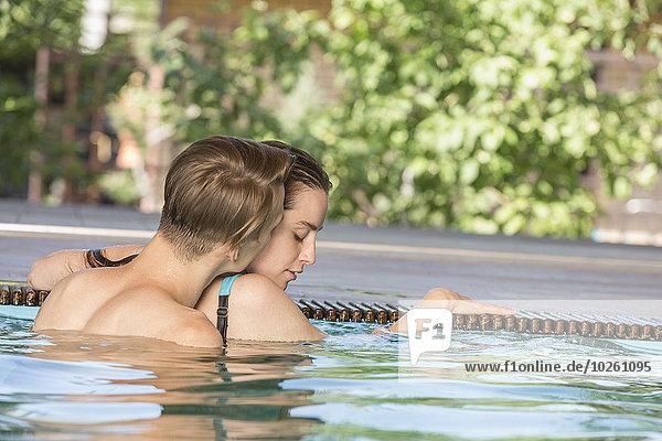 Leidenschaftliches Paar im Schwimmbad