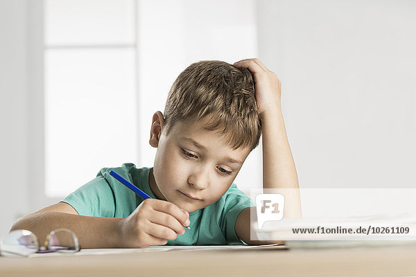 Junge macht Hausaufgaben zu Hause