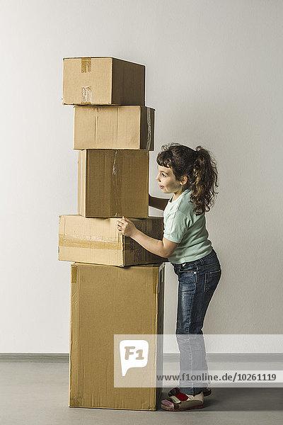 Durchgehende Seitenansicht der Mädchen-Stapelboxen im Haus