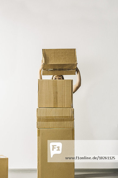 Mädchen-Stapelboxen vor weißem Hintergrund