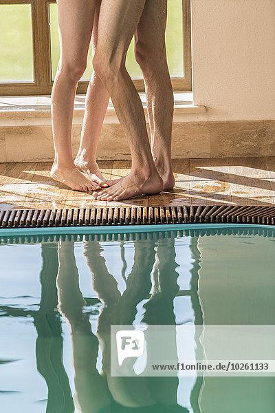 Niedriger Abschnitt des leidenschaftlichen Paares am Rande des Swimmingpools