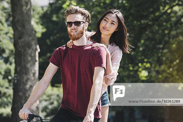 Junges Paar beim Fahrradfahren im Park