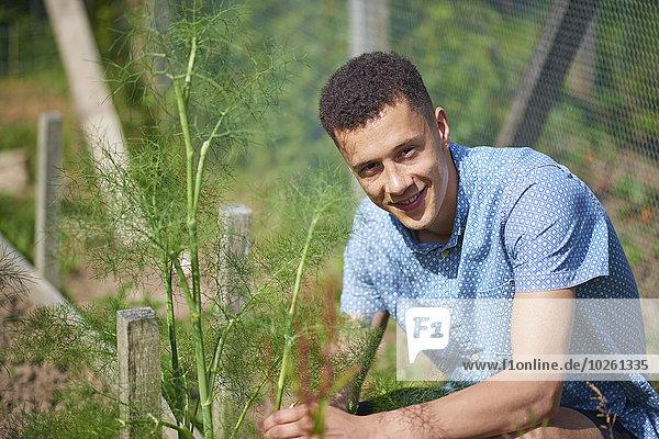 Porträt eines gutaussehenden jungen Mannes in der Gärtnerei