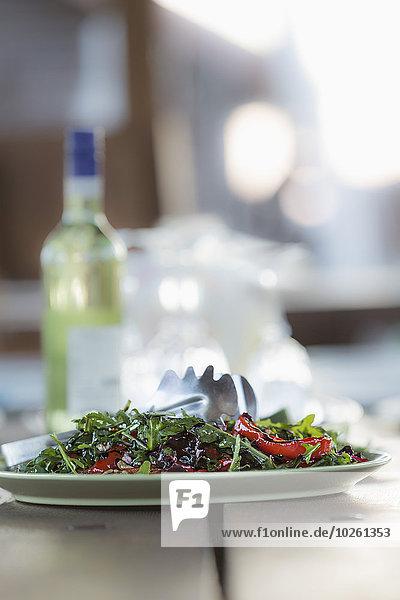 Nahaufnahme des Salattellers auf dem Tisch