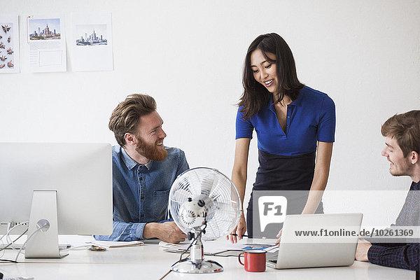 Geschäftsleute kommunizieren am Schreibtisch im Büro