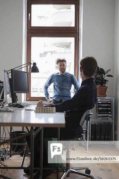 Geschäftsleute  die im Büro kommunizieren