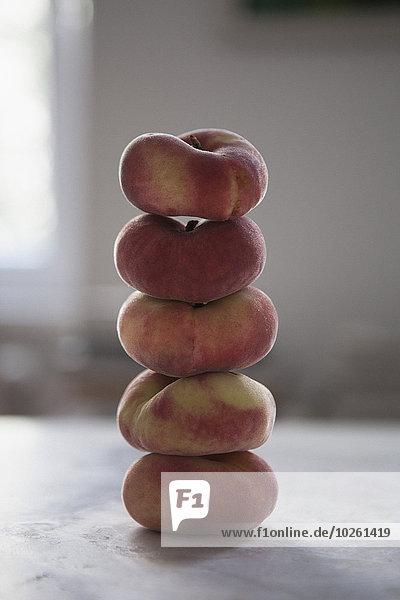 Nahaufnahme von gestapelten Pfirsichen auf dem Tisch