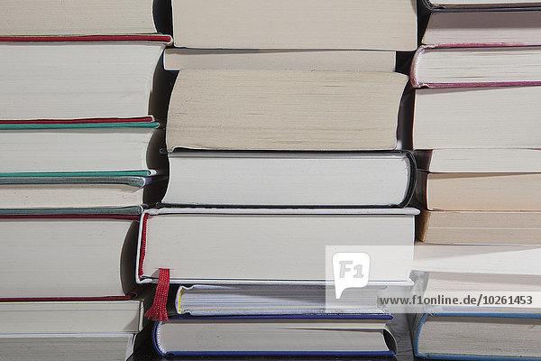 Vollbildaufnahme von gestapelten Büchern