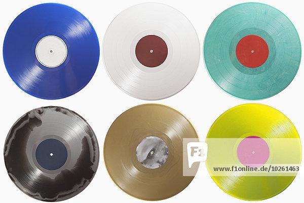 Verschiedene Schallplatten auf weißem Hintergrund angeordnet