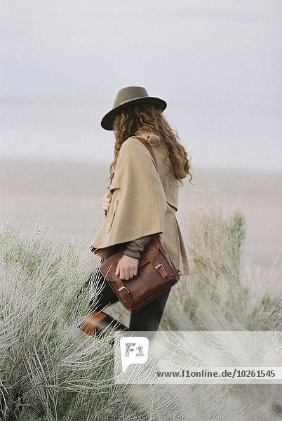 Frau tragen gehen Tasche Landschaft Hut Kleidung schrubben flach Leder