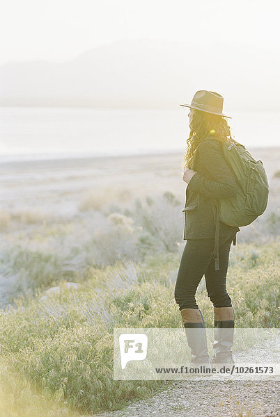 Rucksack stehend Frau tragen Hut Weg Tal See Ignoranz Kleidung