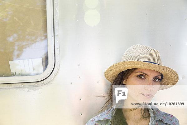 Farbaufnahme Farbe sitzend junge Frau junge Frauen schattig Hut Kleidung Silber