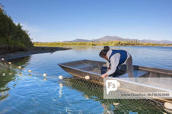 stehend Prüfung Sommer Boot Fluss Netz vorwärts Ethnisches Erscheinungsbild