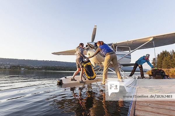 Mensch Menschen Dock abladen Wasserflugzeug Bucht Fahrgestell