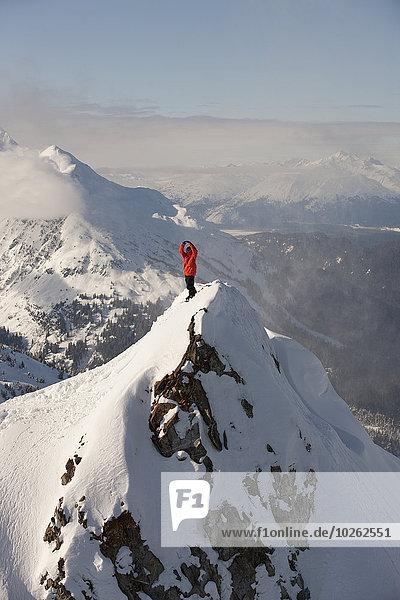 stehend Berg Snowboardfahrer Berggipfel Gipfel Spitze Spitzen hoch oben aufrecht