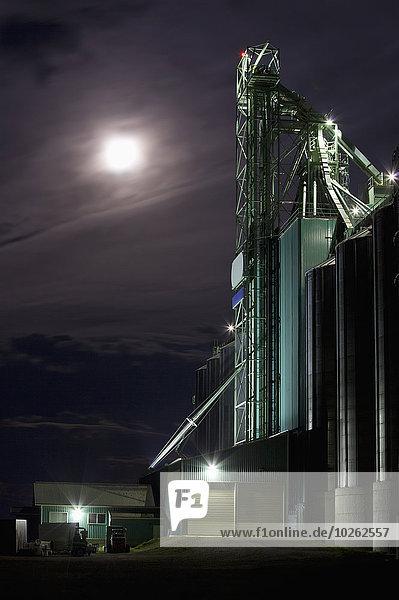 hinter Getreide Wolke Dunkelheit Abend Sturm Nostalgie Mond Aufzugsanlage Prärie Alberta Kanada