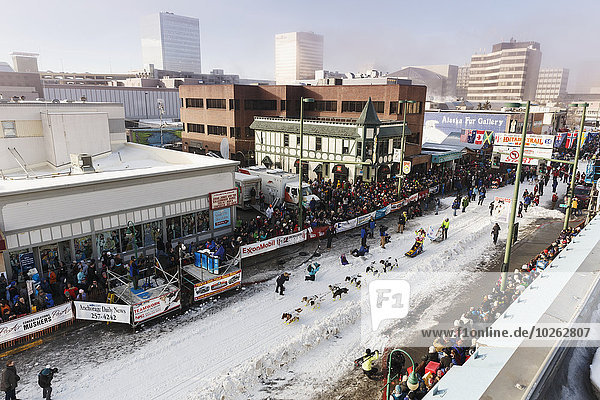 rennen Zeremonie Start Unabhängigkeitstag Alaska Anchorage Allee Innenstadt Linie