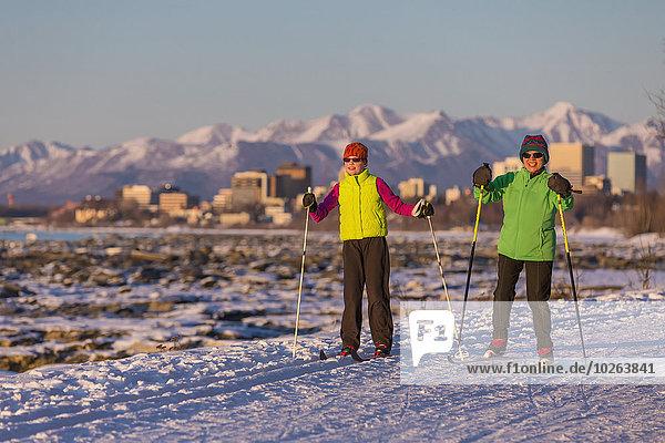überqueren Mensch zwei Personen Menschen folgen Küste Hintergrund Skisport 2 Kreuz