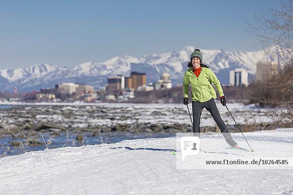 Vereinigte Staaten von Amerika USA junge Frau junge Frauen folgen Küste Skisport
