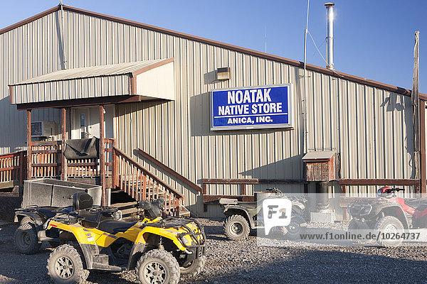 Vereinigte Staaten von Amerika USA Außenaufnahme parken Laden Quadbike Ethnisches Erscheinungsbild Noatak Alaska