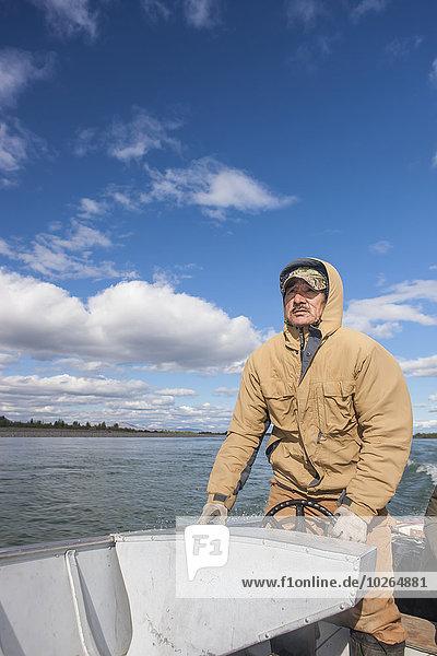Vereinigte Staaten von Amerika USA Mann fahren Fluss Alaska Ethnisches Erscheinungsbild Barke