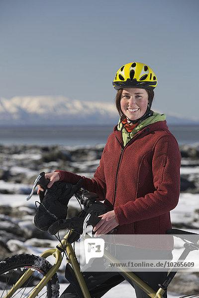 Vereinigte Staaten von Amerika USA junge Frau junge Frauen folgen Küste Eis Fahrrad Rad
