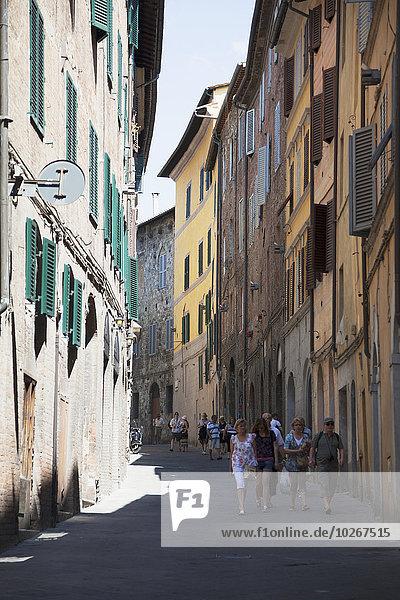 zwischen inmitten mitten gehen Gebäude Straße Nachbarschaft Fußgänger Italien Montepulciano Toskana Val d'Orcia