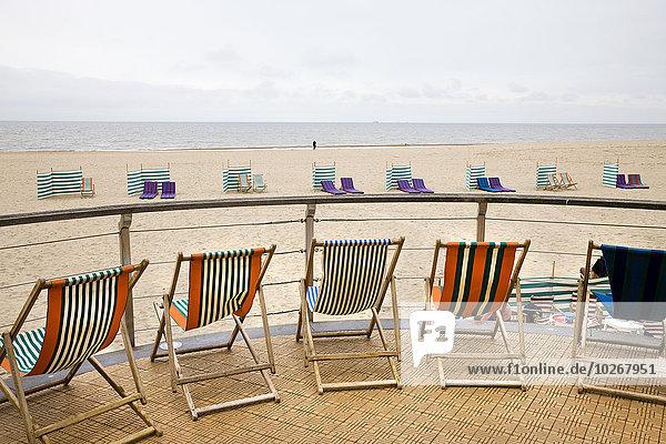 hoch oben Stuhl Strand Wind Bildschirm Veranda Menschenreihe Belgien Nordsee