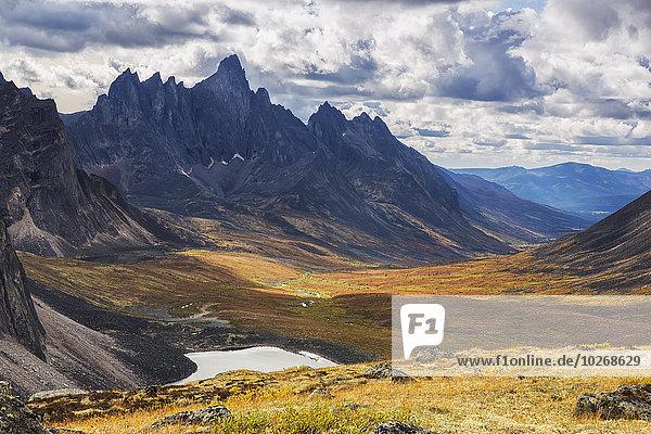 Berg Landschaft über Grabstein Kanada Tundra Yukon