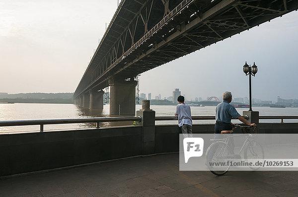 überqueren Sonnenuntergang Brücke Fluss China Wuhan